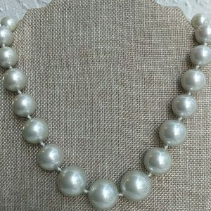 Jewelry - Chunky faux pearl necklace